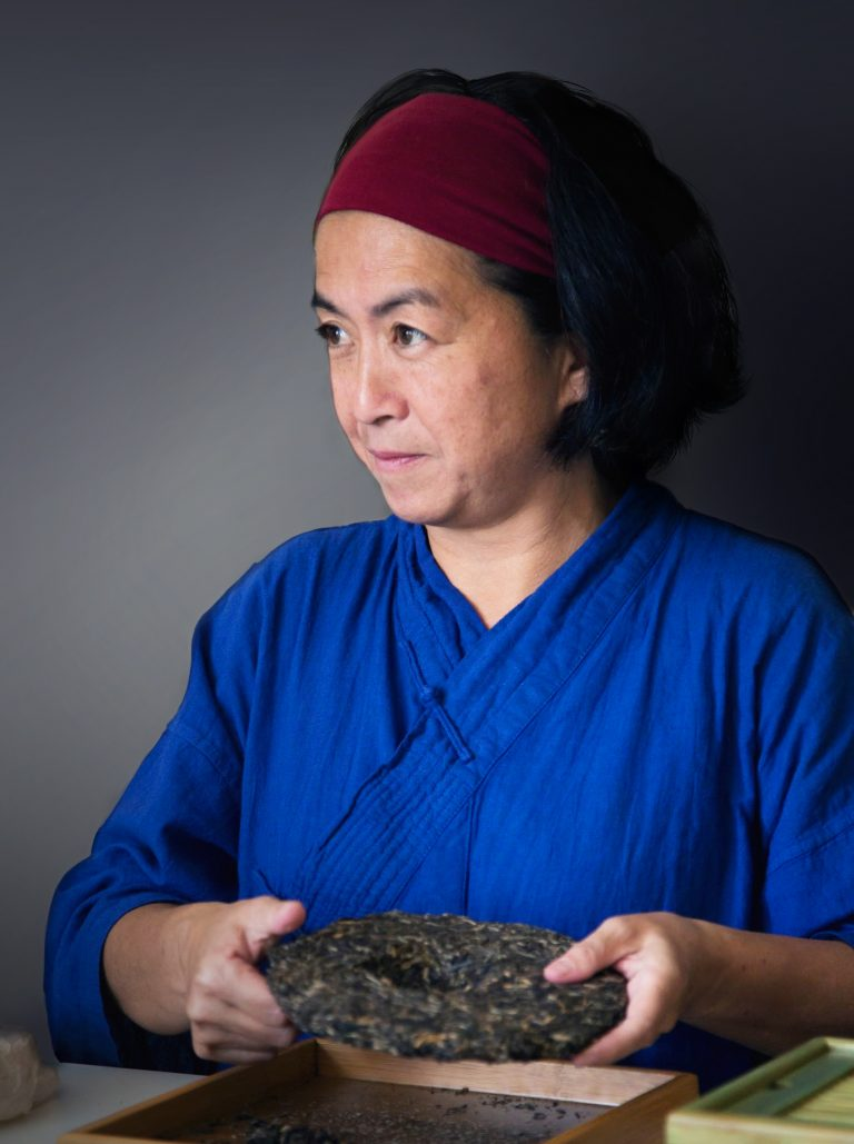 Sabine Minh Sen lors d'un rituel du thé